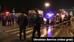 Поліцейські біля відділення, у якому чоловік захопив людей у заручники, 30 грудня 2017 року