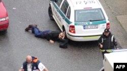 Медики надають першу допомогу пораненому поліцейському, пораненому у передмісті Братислави, 30 серпня 2010 року