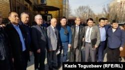 """Бұрынғы """"мұсылман батальонының"""" командирі Хабибжан Холбаев Ауғанстандағы соғысқа совет әскері қатарында қатысқандармен бірге. Алматы, 8 ақпан 2020 жыл."""