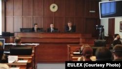 Fotografi arkivi e salles së Gjykatës Themelore të Mitrovicës