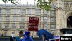 Disa britanikë duke protestuar kundër procesit të Brexitit, foto nga arkivi.