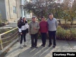 Французская писательница Лавиния Аббот с хозяевами хостела в Кыргызстане. Каракол, 31 октября 2013 года.