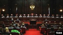 Во время дебатов в Конституционном суде по вопросу о запрете смертной казни.