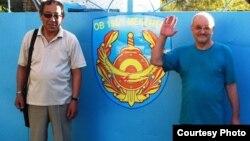 Александр Харламов (оң жақта) пен адвокаты Мағауия Тәукенов тергеу изоляторы алдында тұр. Өскемен, 4 қыркүйек 2013 жыл.