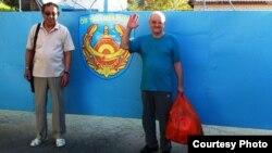 Журналист и правозащитник Александр Харламов (справа) и его адвокат Магауия Таукенов фотографируются после выхода из СИЗО. Усть-Каменогорск, 4 сентября 2013 года. Фото из архива Харламова.