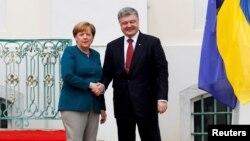 Канцлер Німеччини Анґела Меркель (ліворуч) і президент України Петро Порошенко, архівне фото