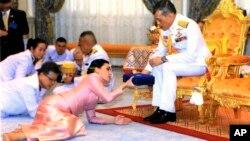 Король Таїланду передає подарунок новоспеченій королеві