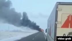 Скриншот видео, в котором заснят охваченный огнем автобус на трассе Самара – Шымкент.