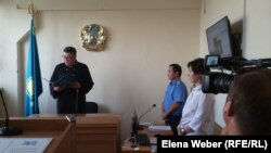"""Судья зачитывает приговор по делу о """"мошенничестве с использованием служебного положения"""". Темиртау, 4 сентября 2017 года."""