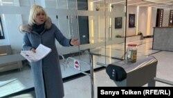 Активистка Санавар Закирова показывает на принесенную в офис «Нур Отана» банку с деньгами, которые, по ее словам, она собрала у мечети. Нур-Султан, 11 марта 2020 года.