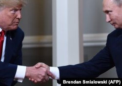 The two presidents shakes hands in Helsinki.