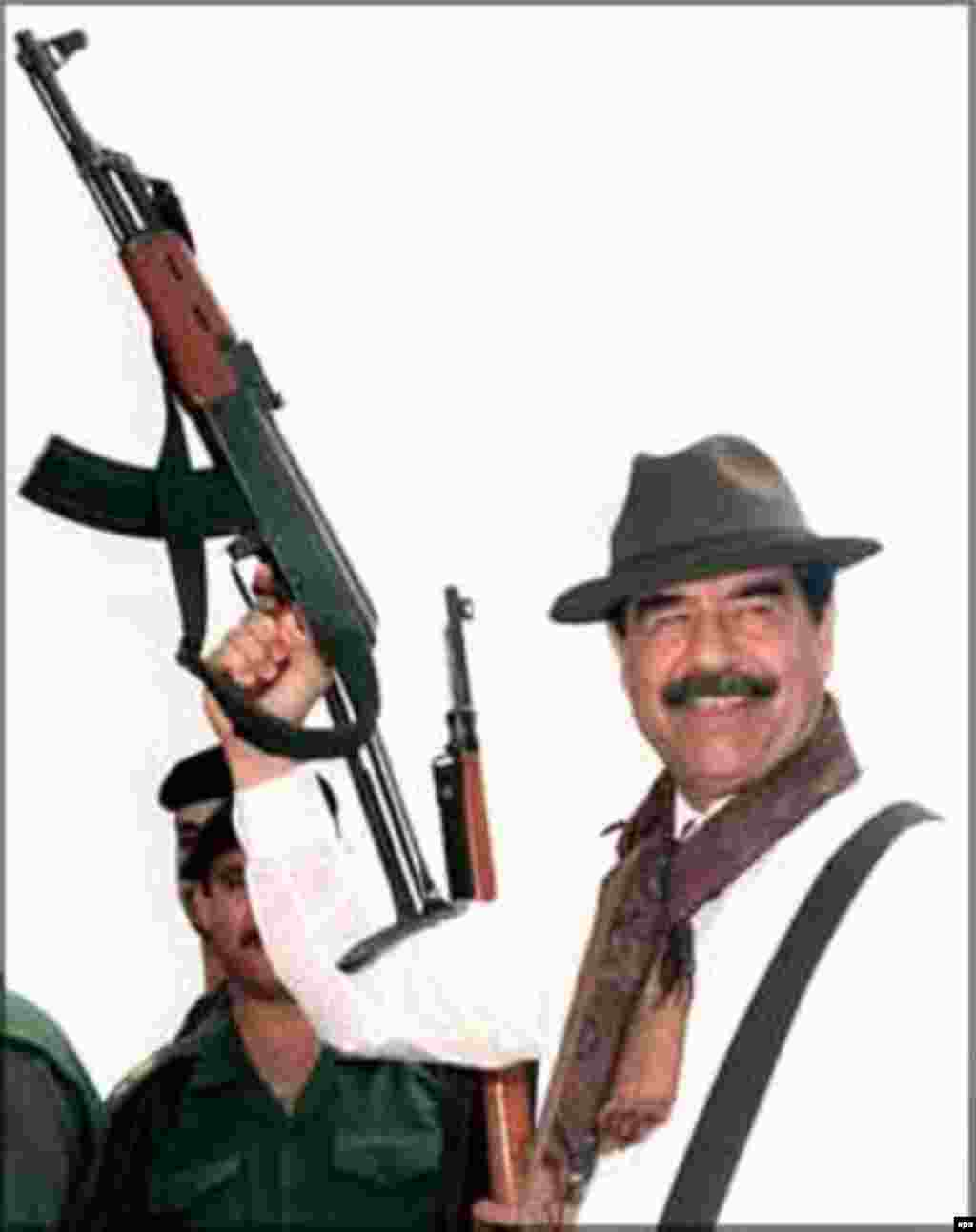 Iraq -- Saddam Hussein in the mid-1990s - Kalaşnikov totıp töşkän Xösäyen - 1990nçı yıllarda kiñ taralğan räsem. İran-Ğiraq suğışınnan soñ Xösäyenneñ iğtibarı neftkä bay Küwäytkä yünälde. Ğiraqnıñ bu ilgä $30 milliard burıçı bar ide. 1990 yılnıñ 2 Awgustında Xösäyen kürşe Küwäytkä basıp kerde, berençe Farsı Qultığı suğışı başlandı. (epa)