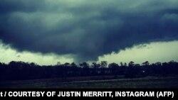این تصویر از گردباد در اینستاگرام کاربری به نام جاستین مریت منتشر شدهاست