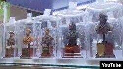 Фигурки солдат и офицеров нацистской Германии на полке магазина в России.