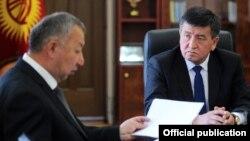 Қырғызстан президенті Сооронбай Жээнбеков (оң жақта) және бұрынғы премьер-министр Кубатбек Боронов.