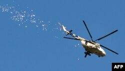 Український гелікоптер розкидає листівки з рекомендаціями щодо поведінки під час АТО, Слов'янськ, 24 квітня 2014 року