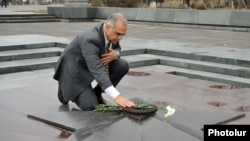 Кандидат в президенты Раффи Ованнисян у Вечного огня в парке Победы, Ереван, 28 января 2013 г.