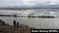 Дети на берегу разлившейся Нуры. Бухар-Жырауский район Карагандинской области.