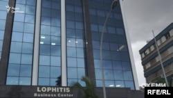 «Прописана» вона саме в цій скляній будівлі на набережній Лімасолу