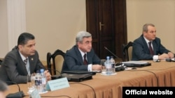 Armenia -- President Serzh Sarkisian (C) speaks at a meeting of the Council on Atomic Energy Safety in Yerevan, 27 April 2010.