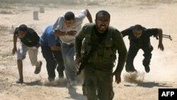 فلسطینی ها در حال فرار از تیراندازی ارتش اسراییل.