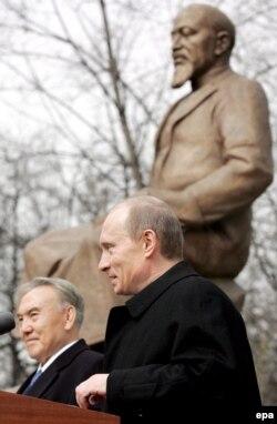 Президент России Владимир Путин и президент Казахстана Нурсултан Назарбаев открывают памятник Абаю на Чистых прудах. Москве, 4 апреля 2006 года.
