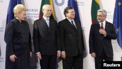 Президент Армении Серж Саргсян (справа) с президентом Литвы Далией Грибаускайте (первая слева), президентом Европейского совета Херманом ван Ромпёем (второй слева) и председателем Еврокомиссии Жозе Мануэлем Баррозу, Вильнюс, 29 ноября 2013 г.