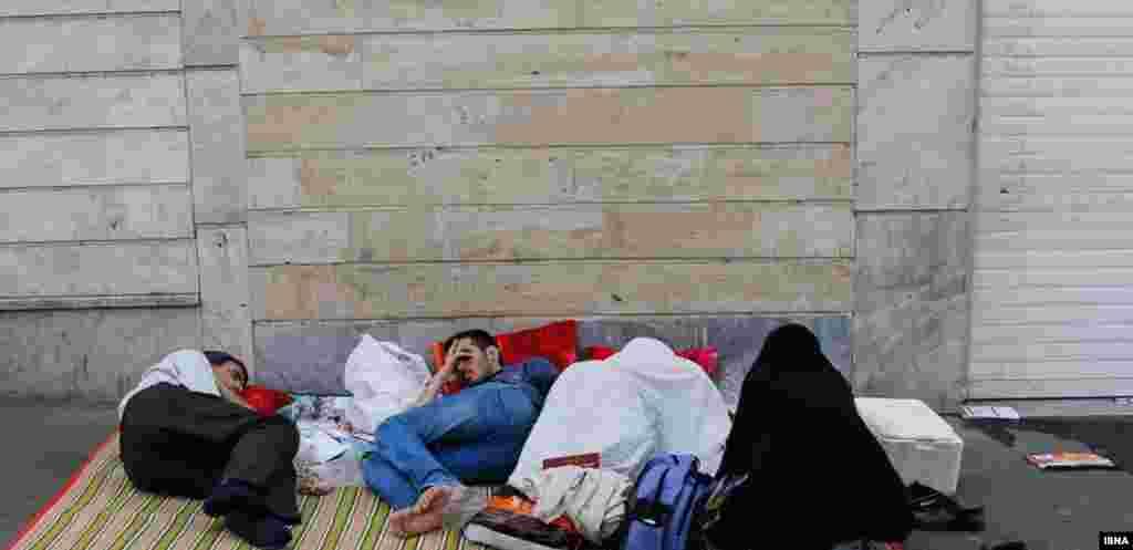 خوابیدن پشت دروازه های آینده فرزند خانواده.