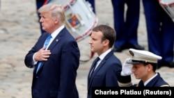 دونالد ترامپ (سمت چپ) از سوی امانوئل مکرون همتای فرانسویاش در آرامگاه ناپلئون مورد استقبال قرار گرفت.