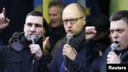 Украина мухолифати етакчилари Виталий Кличко, Арсений Яценюк ва Олеҳ Тяхнибок.