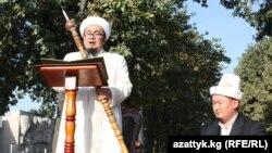 Arxiv foto: Müfti Çubak Hacı Calilov paytaxt Bişkəkdə Ramazan bayramı münasibətilə çıxış edir. 10 sentyabr 2010