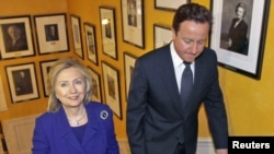 هیلاری کلینتون در مقر دولت بریتانیا پیش از آغاز نشست لندن درباره آینده لیبی