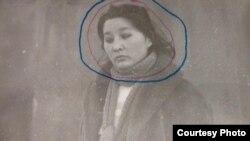 Баян Әуелованың тергеу кезінде түсірілген суреті. (Алматы қалалық орталық мұрағатында сақталған фото.)
