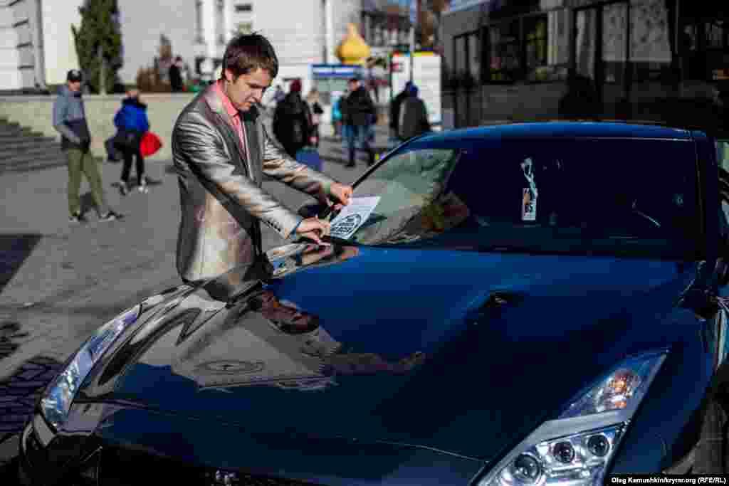 Учасники акції шукають неправильно припарковані автомобілі, що створюють перешкоди для оточуючих і, за наявності в автомобілі водія, звертаються до нього з проханням перепаркувати автомобіль відповідно до ПДР.