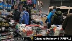 Ljudi kupuju više nego ubičajeno kako bi stvorili zalihe zbog panike oko korona virusa