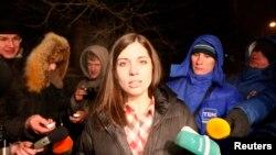 Nadežda Tolokonjikova se obraća novinarima nakon puštanja iz zatvora u Krasnojarsku, 23. decembra 2013.
