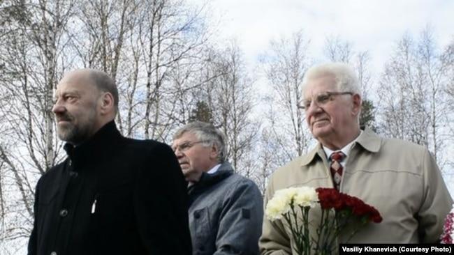Слева направо: Арнис Аболтиньш, Зинтарс Крауньш, Карл Берзиньш – представители Комитета братских кладбищ Латвии