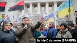 Міхеїл Саакашвілі на мітингу під будівлею Верховної Ради, Київ, 7 листопада 2017 року
