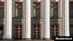 Вход в здание Верховной Рады — парламента Украины.