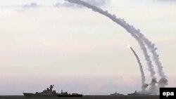 """Скриншот видео министерства обороны России, заявившего, что российский военный флот на Каспии запустил ракеты по объектам """"Исламского государства"""" в Сирии. 20 ноября 2015 года."""