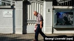 Sve što je javnost doznala o uzrocima teatralnog čina povlačenja osoblja iz Ambasade u Skoplju (na fotografiji) svodi se na nagoveštaje i namigivanja