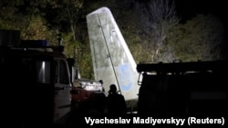 Спасатели обследуют разбившийся в Харьковской области Ан-26. Фото: Reuters