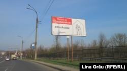 Рэклямны бігборд у Кішынэве (Малдова), якія заклікае жыхароў заставацца дома, 10 красавіка