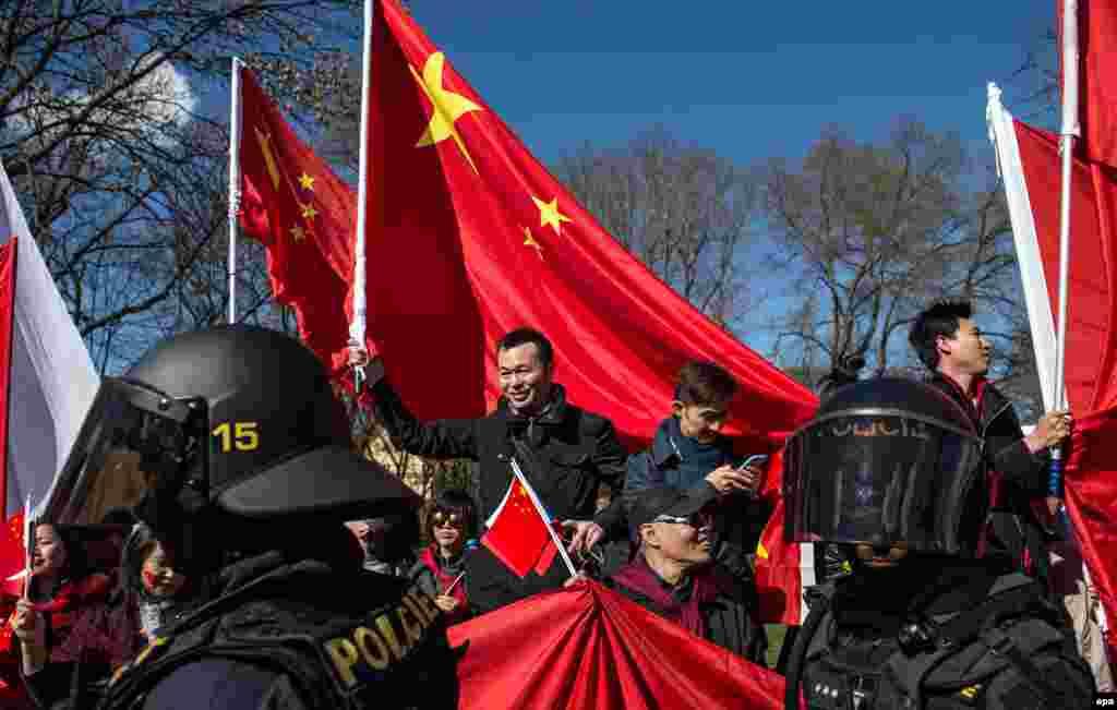 Чешская полиция пытается разделить участников акции против визита председателя КНР от тех, кто приветствует его прибытие