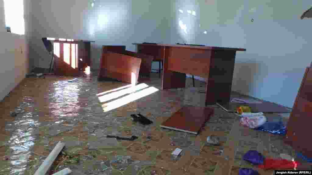 Разгоряченные местные жители из офиса компании в селе Кара-Жыгач вынесли компьютеры и другое имущество на улицу