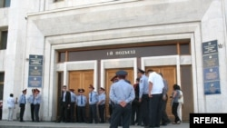 Полиция қала әкімдігінің алдын бөгеп, пикетшілерді ішке жібермей тұр. Алматы, 10 қыркүйек, 2008 жыл