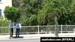 Ашғабад көшесінде жүрген түркімен полицейлері (Көрнекі сурет).