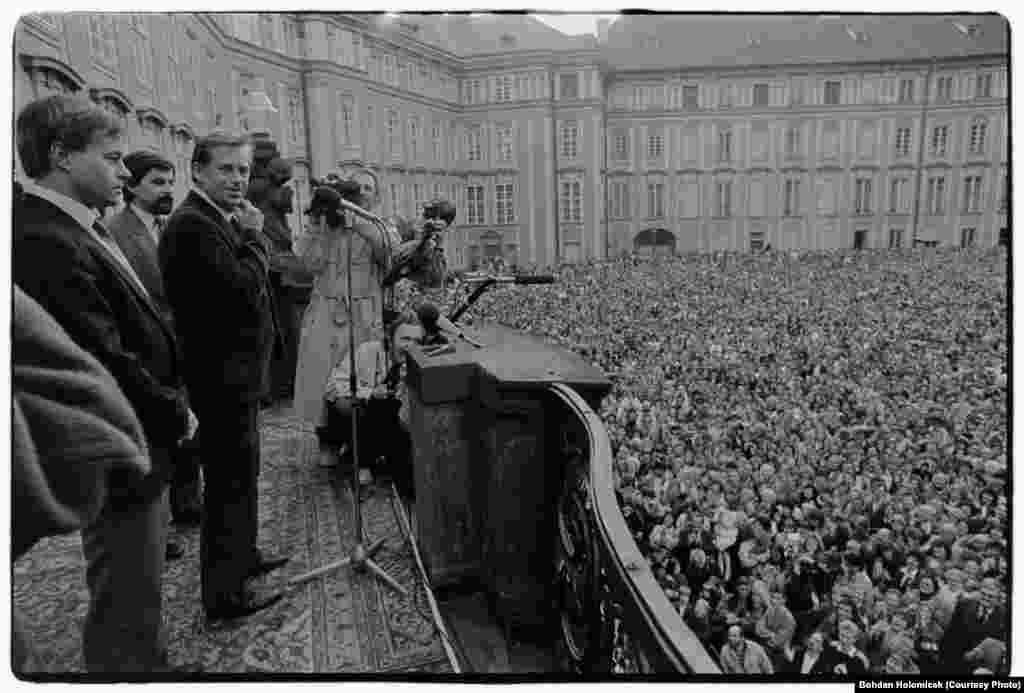 The president addresses crowds at Prague Castle on February 25, 1990. He had just returned from a visit to the United States, where he spoke before the U.S. Congress.