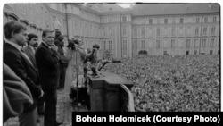Чеський політик, колишній дисидент і політв'язень, критик комуністичного режиму Вацлав Гавел (на фотографії біля мікрофону). Прага, 1990 рік