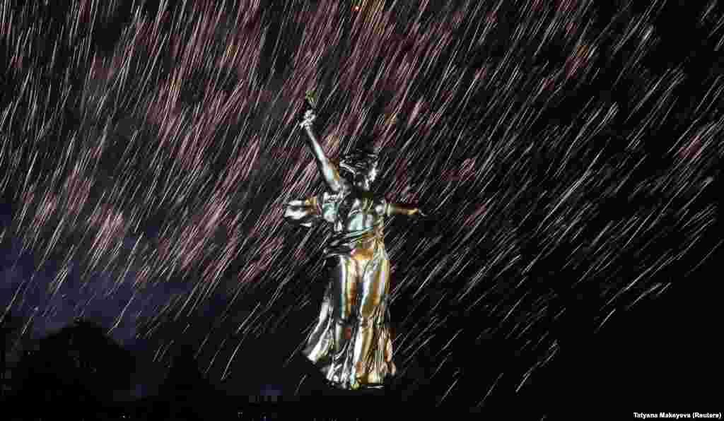 Феєрверк вибухає над статуєю «Батьківщина-мати» у Волгограді, Росія, 8 травня, під час світлового-лазерного шоу, присвяченого 73-й річниці перемоги над нацистською Німеччиною у Другій світовій війні. (Reuters/Tatyana Makeyeva)